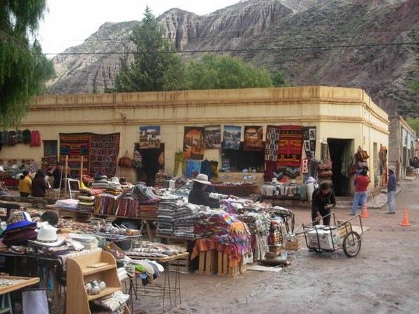 Feria de artesanías regionales en Purmamarca